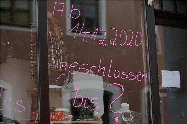 Ein wegen Corona geschlossenes Geschäft in der Altstadt von Pirna. Die Krise hat große Teile des Einzelhandels schwer getroffen.