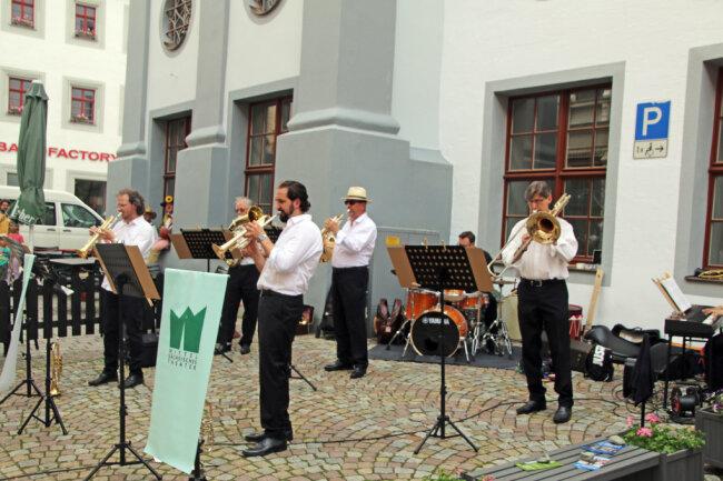 Mitglieder der Mittelsächsischen Philharmonie spielten zum Erlebnis-Shopping an verschiedenen Punkten der Stadt.