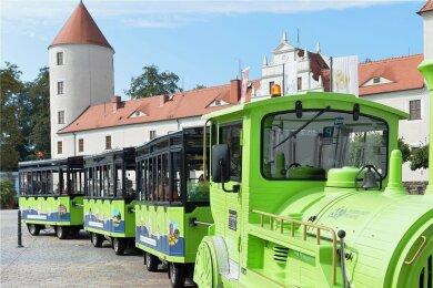 Die Silberstadtbahn mit Chauffeur David Matzig dreht wieder ihre einstündigen Runden durch Freiberg . Start ist am Schloßplatz, hier ein Foto von der ersten Fahrt Mitte September 2020.
