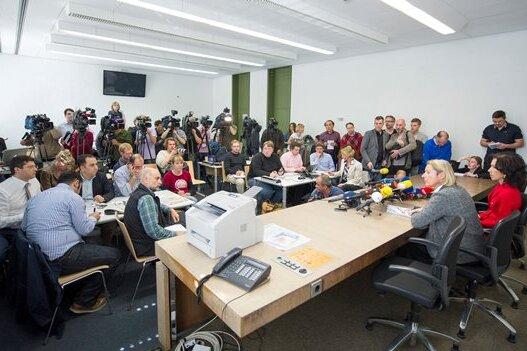 Margarete Nötzel (am Tisch links), Pressesprecherin am Oberlandesgericht München, verkündete den Journalisten gestern Mittag, dass der NSU-Prozess kurzfristig um knapp drei Wochen verschoben wird.
