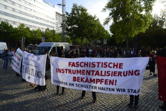 Diese Demonstranten protestieren gegen eine Kundgebung von Pro Chemnitz am Marx-Monument.