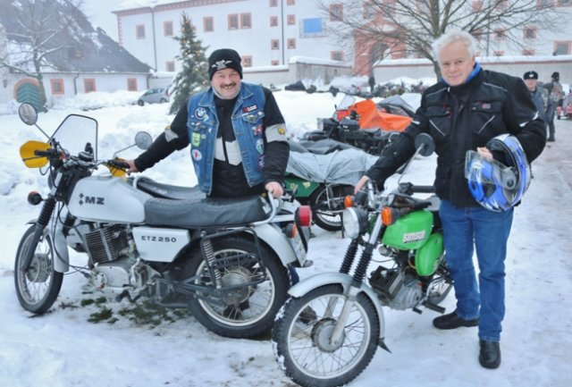 Das Wintertreffen wurde abgesagt. Dennoch rückten Jörg Hinzsch aus Altenburg (l.) mit einem ETZ 250-Gespann und Jörg Thiele aus Bärenstein mit der S 51 an. Sie lernten sich 1987 auf dem Treffen kennen und treffen sich seitdem jedes Jahr.