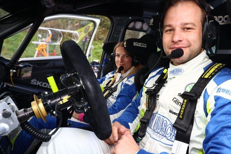 Philip Geipel und Co-Pilotin Katrin Becker-Brugger, hier im Cockpit ihres Skoda Fabia R5, fühlen sich für den Finallauf gerüstet und freuen sich auf die heimische Kulisse im Vogtland.