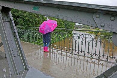 Regenschirm und Gummistiefel: So sah am Montag das passende Outfit in Zwickau aus.