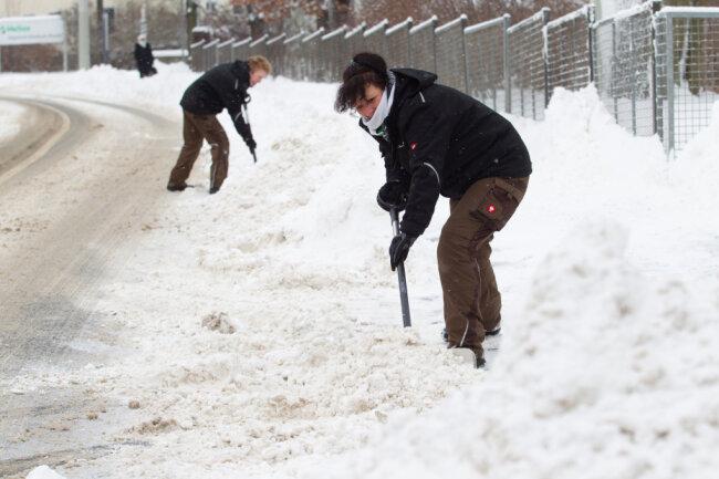 Gärtnerinnen vom Helios-Klinikum an der Röntgenstraße helfen beim Schneeschippen.