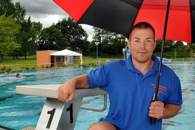 """Im Regen begann gestern für Schwimmmeister Kevin Kempe und sechs """"Frühschwimmer"""" der Tag im Mittweidaer Freibad. Am Nachmittag waren auch wieder fünf Leute zugleich im großen Becken."""