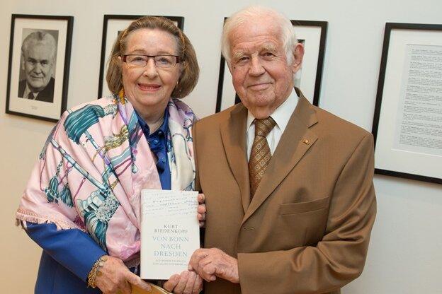 Laut Kurt Biedenkopf gehören seiner Frau Ingrid die Rechte an seinen Tagebüchern. Sachsen darf aber Auszüge veröffentlichen.