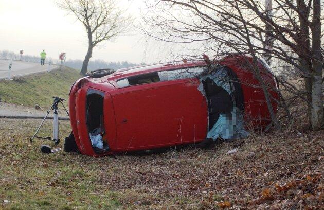 Die Helfer mussten die 47-jährige Fahrerin nach dem Unfall aus ihrem Fahrzeug befreien.