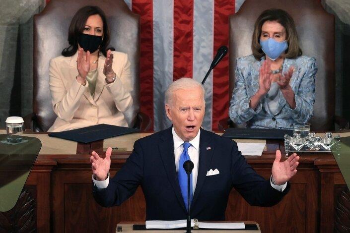 Dreifach abgesichert: US-Präsident Joe Biden bei einer Rede vor beiden Kammern des Kongresses. Vor ihm liegt sein Manuskript, links und rechts von ihm läuft sein Redetext über die Spiegel seiner Teleprompter.