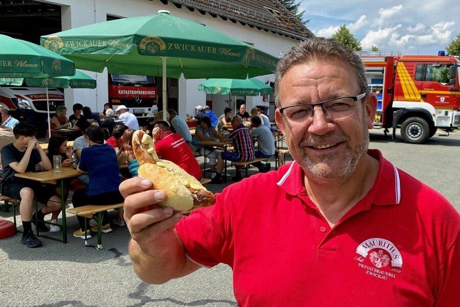 Frank Russig, der Vorsitzende des Feuerwehrvereins Hartenstein, ist positiv überrascht über die hohe Spendenbereitschaft.