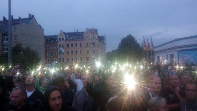 Zum Abschluss wird bei Pro Chemnitz die Nationalhymne gesungen.