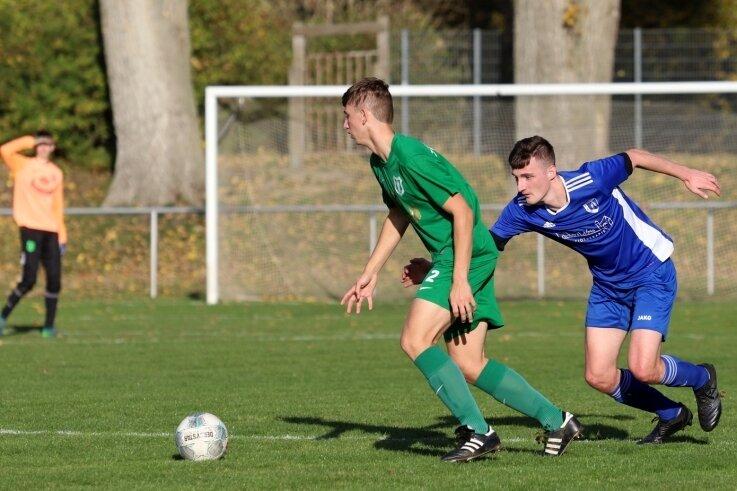 Kevin Schau (rechts) und seine Teamkollegen vom TSV Crossen hatten am Sonntag gegen den SV Mülsen St. Niclas - im Bild Ian Urban - das Nachsehen und verloren auf eigenem Platz 1:3.