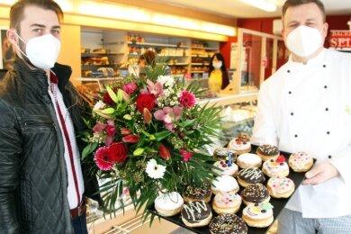 Dirk Selbmann (rechts) hat derzeit nicht nur leckere Pfannkuchen in seiner Bäckerei im Angebot, sondern auch die Blumen von Florist Erik Richter.
