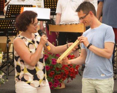 "Dorothee Obst übergibt den ""Staffelstab"" an Stefan Czarnecki."