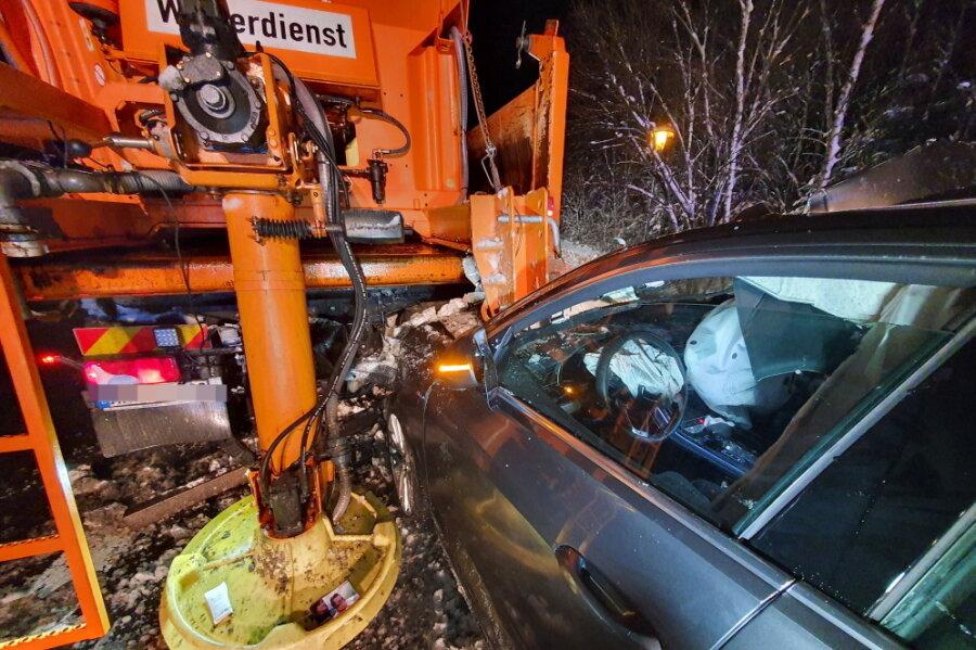 Audi kollidiert auf B174 mit Schneeflug