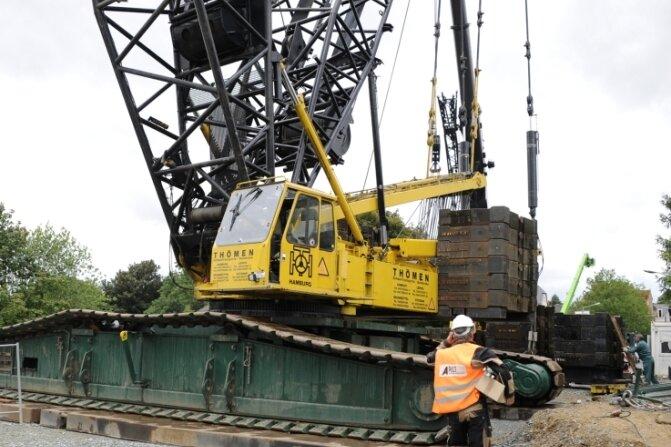 Die 400-Tonnen-Raupe wird mit Ballastelementen beschwert. Seit gestern Abend werden die Überbaufertigteile der neuen Brücke montiert.