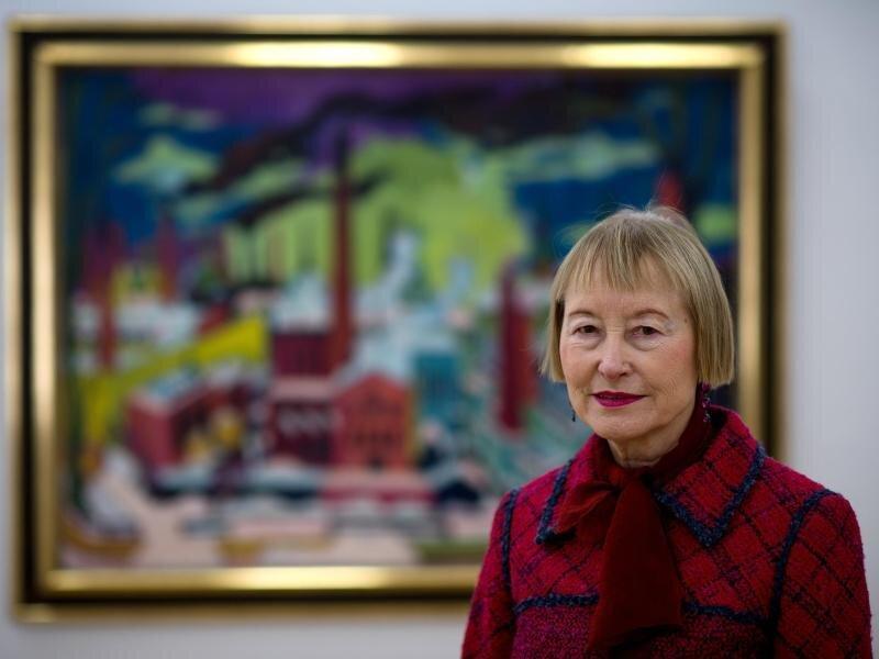 Die Museumschefin Ingrid Mössinger vor einem Gemälde in Chemnitz.