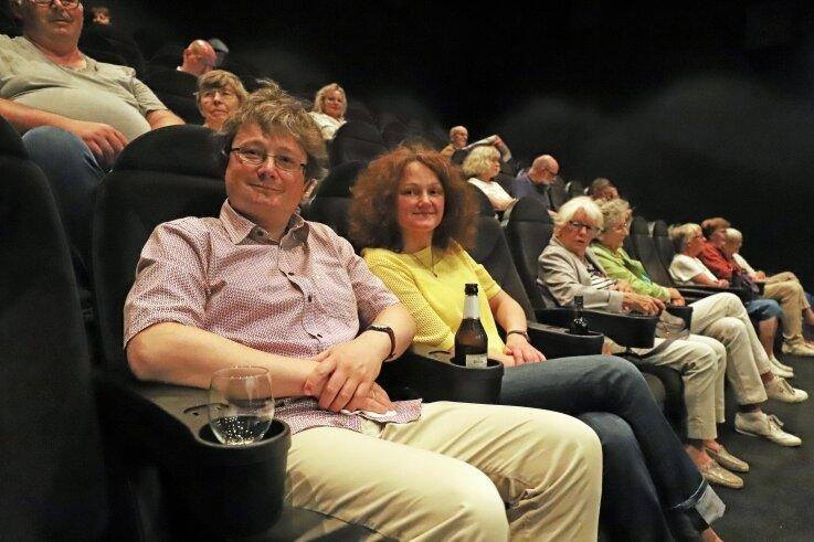 Michael Stahl und seine Frau haben es sich gemeinsam mit zahlreichen weiteren Filmfreunden in den Kinosesseln bequem gemacht.