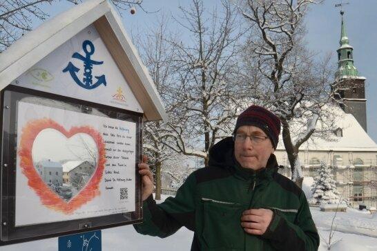 Andreas Kuhnert an einer der elf Stationen des Hoffnungspfades in Rothenkirchen.Foto: Joachim Thoß