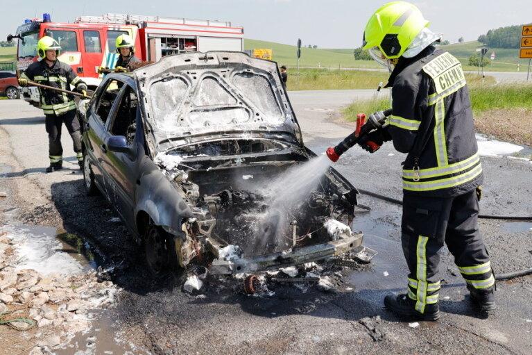 Der 17 Jahre alte Polo brannte komplett aus, verletzt wurde dabei niemand.