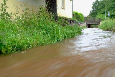 Auch der Raumbach, hier am Feuerwehrgebäude Oberheinsdorf, führte viel Wasser. Doch Überschwemmungen blieben aus