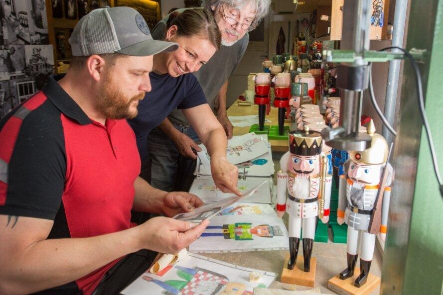 Markus Füchtner, seine Lebensgefährtin Carola Seifert und sein Vater Volker Füchtner freuen sich über die Vielzahl an Einsendungen zum Nussknackerwettbewerb.