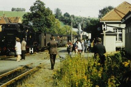 Die letzte Fahrt im Personenverkehr wurde von vielen Zuschauern begleitet.