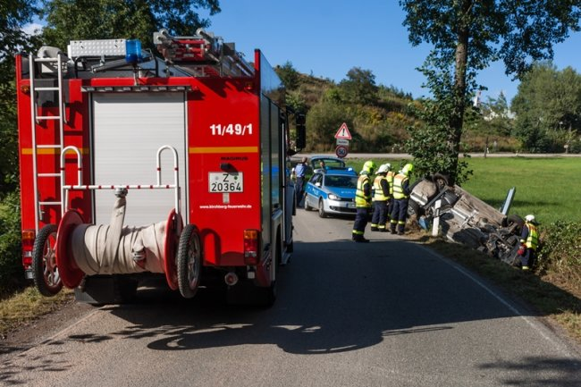 Ein Auto kollidierte am Dienstagnachmittag in Kirchberg mit einem Baum.