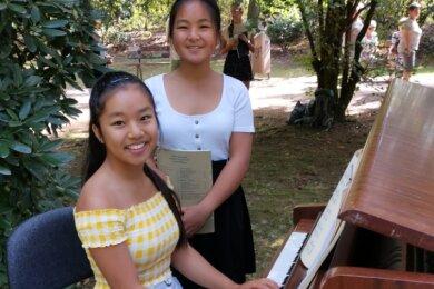 """Die Schwestern Vi Jasmin Dao Tu (17/r.) und Le Thu An Dao Tu (15) musizierten beim """"Spaziergang mit Schumanns"""" im Park Neue Welt."""