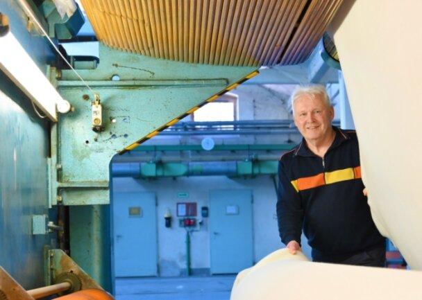 Dietmar Lorenz an der Nadelfilzanlage von 1976. An dieser Maschine begann er seine Laufbahn im Lengenfelder Betriebsteil der Filztuchfabrik Rodewisch.