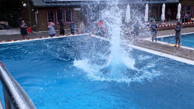 Hohe Fontänen waren im Zwönitzer Freibad beim Wettbewerb zum Arschbombenkönig zu bewundern.