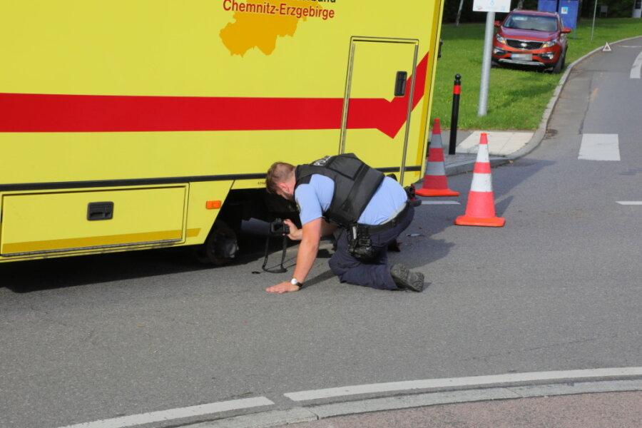 Rettungswagen verliert Reifen