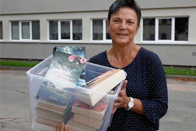 Kerstin Gluthmann liefert Bücher nach Hause.