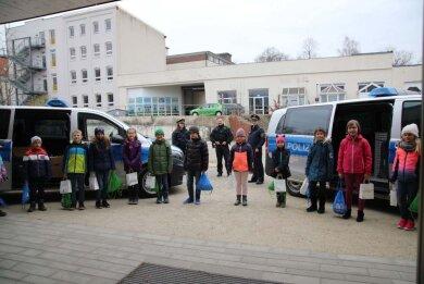 Einsatz der besonderen Art: Beamte der Chemnitzer Polizei rückten aus, um sich Geschenke abzuholen.