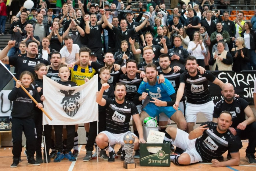 Amtierender Pokalverteidiger nach einem Jahr Abstinenz vom Hallenfußball ist immer noch der SC Syrau, der sich im Finale im Januar 2020 gegen die SG Jößnitz 2:1 durchsetzte.