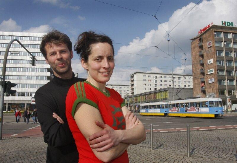 """<p class=""""artikelinhalt"""">Was machen wir mit dieser Stadt, fragen sich die Künstler Pfelder und Simone Zaugg zwischen zugigen Straßen, Plattenbauten und Abrissflächen. Sie luden Künstler ein, ihre Sicht auf die Dinge darzustellen. </p>"""