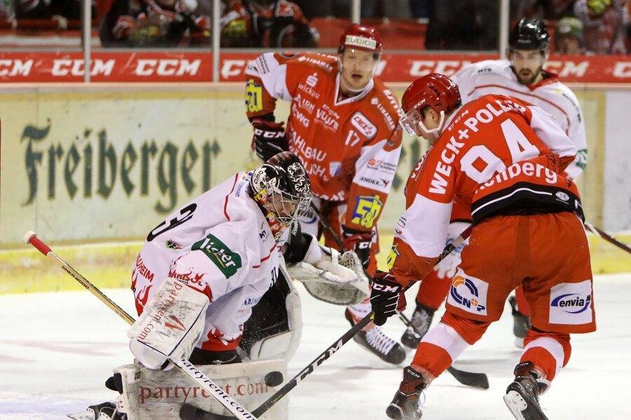 Patrick Klöpper (Eispiraten) gegen Tormann der Gäste Felix Bock hinten schaut Eispirat Rob Flick zu.