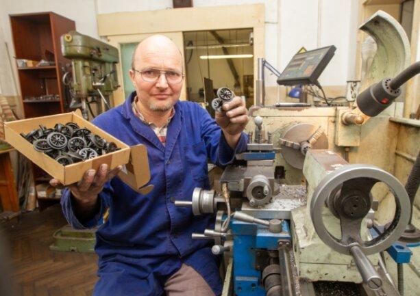 Jan Köttnitz fertigt in seiner Dreherei Bauteile für Modellbahnen. Die verschickt der Plauener an Kunden in ganz Deutschland.