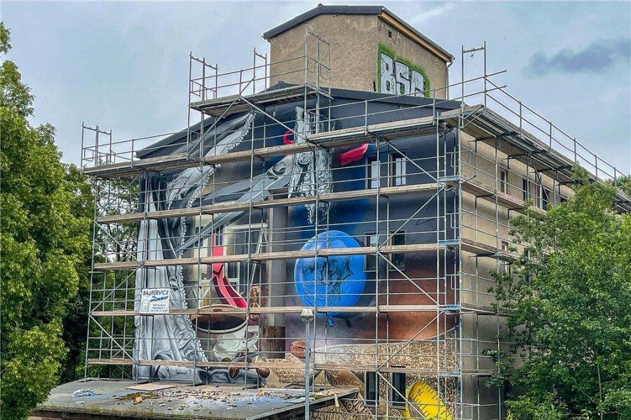 Die Sicht auf das XXL-Graffiti am Giebel des künftigen Soziokulturellen Zentrums an der Beegerstraße bleibt vorerst durch das Gerüst eingeschränkt. Im Spätsommer/Herbst wird es abgebaut. Fotos: David Rötzschke