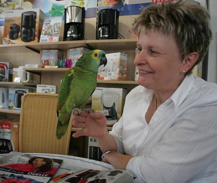 """""""Guten Tag"""" sagt Papagei Jacko am liebsten. Annelie Rudler ist zuversichtlich, dass dieser Willkommensgruß in ihrem Beierfelder Quelle-Shop auch künftig zu hören sein wird."""