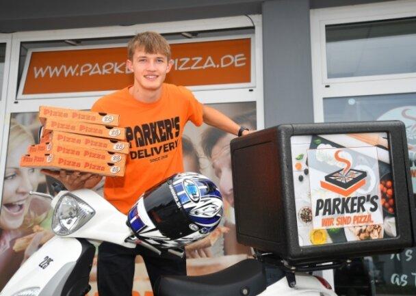 Rennfahrer Paul Fröde fährt Pizza aus.