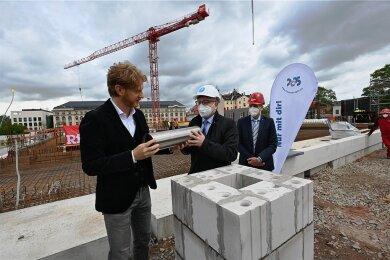 Baubürgermeister Michael Stötzer (links) und OB Sven Schulze bei der Grundsteinlegung für die Oberschule am Hartmannplatz.