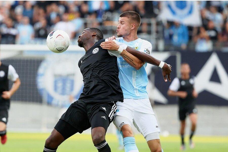 Der Chemnitzer FC um Torschütze Kilian Pagliuca (rechts) hat am Freitagabend das Auftaktspiel der neuen Regionalligasaison gegen Tennis Borussia Berlin (im Bild Cedrik Mvondo Mvondo) gewonnen.