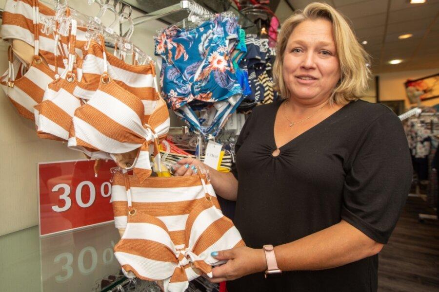 Nadine John startet in ihrem Plauener Wäsche- und Dessousgeschäft wie viele Händler nach der langen Schließzeit mit leichter Verspätung in den saisonalen Schlussverkauf.
