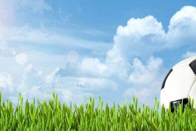Von Fußballern, Fans und Funktionären sehnsüchtig erwartet: grüner Rasen, blauer Himmel und ein Ball. Am Wochenende ist es soweit, die Spielzeit im Erzgebirge beginnt.