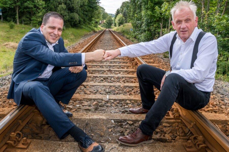 Peter Jahr und Tomáš Zdechovský (v. r.), beide Abgeordnete des Europäischen Parlaments, wollen sich gemeinsam für den Lückenschluss der Bahnverbindung zwischen Holzhau und Moldava stark machen.