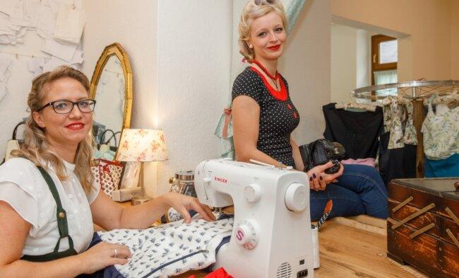 Claudia Enzmann (l.) und Lisa Teucher aus Niederschmiedeberg eröffnen bald ihren Laden. Darin dreht sich alles um die 50er-Jahre.
