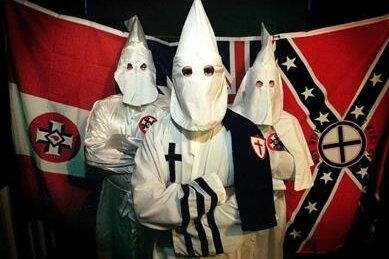 Ku-Klux-Klan-Anhänger in typischem Gewand. Einige Helfer der Terrorzelle vollzogen solchen Spuk auf Bergkuppen im Erzgebirge.