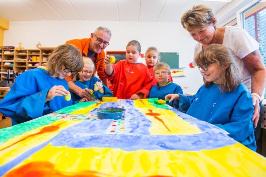 Laura, Rosie, Jason, Celina, Janne und Loreen aus der Unterstufe drei der Brünlasbergschule werden im Kunstunterricht von den Pädagogen Jan Hermsdorf und Petra Grahl betreut.
