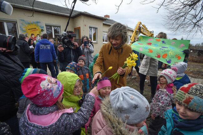 Chemnitz Oberbürgermeisterin Barbara Ludwig und Kinder waren beim Spatenstich am Freitag dabei.